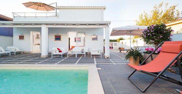 Meernahes Ferienhaus mit Pool